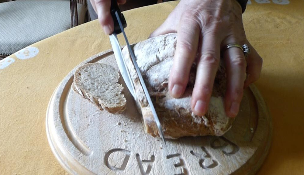 990 - BaouRouge Precision Slicing Knife with bread